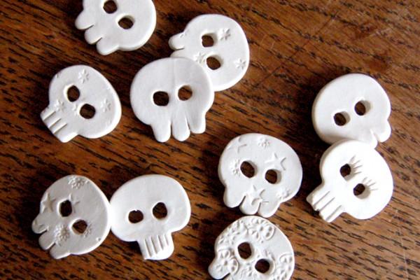 broches porcelaine tête de mort