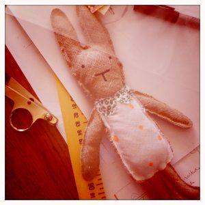 doudou lapin citron en cours de fabrication